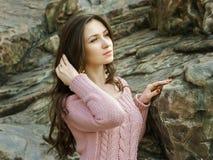 Ritratto della ragazza graziosa in maglione fotografia stock