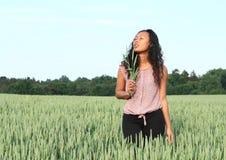 Ritratto della ragazza graziosa nel campo con grano Immagine Stock