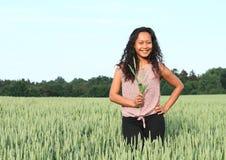 Ritratto della ragazza graziosa nel campo con grano Immagini Stock Libere da Diritti