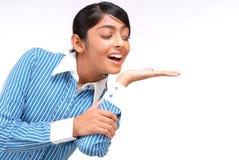 Ritratto della ragazza indiana che mostra qualcosa Fotografia Stock