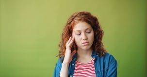 Ritratto della ragazza infelice che sta da solo fronte triste commovente che esamina macchina fotografica video d archivio