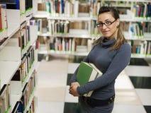 Ritratto della ragazza in libreria Fotografia Stock