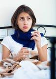 Ritratto della ragazza misera con influenza a casa Immagini Stock Libere da Diritti