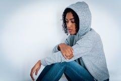Ritratto della ragazza nera disturbata con le sensibilit? negative fotografia stock libera da diritti