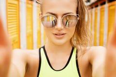 Ritratto della ragazza in occhiali da sole Fotografia Stock