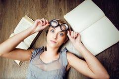 Ritratto della ragazza pazza dello studente in vetri con i libri e le blatte, concetto della gente moderna di istruzione, stile d Immagine Stock