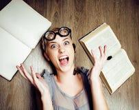 Ritratto della ragazza pazza dello studente in vetri con i libri e le blatte, concetto della gente moderna di istruzione, stile d Fotografia Stock Libera da Diritti