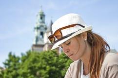 Ritratto della ragazza pensive con il cappello bianco Fotografia Stock
