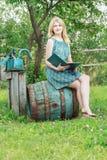 Ritratto della ragazza scalza dello studente in giardino con il libro aperto Fotografia Stock