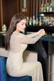 Ritratto della ragazza sexy graziosa in ristorante fotografia stock