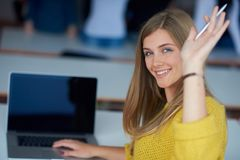 Ritratto della ragazza smilling felice dello studente all'aula di tecnologia Immagine Stock Libera da Diritti