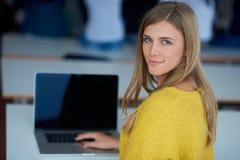 Ritratto della ragazza smilling felice dello studente all'aula di tecnologia Immagini Stock