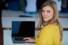 Ritratto della ragazza smilling felice dello studente all'aula di tecnologia Fotografie Stock
