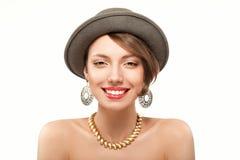 Ritratto della ragazza sorridente in cappello Immagine Stock