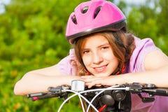Ritratto della ragazza sorridente in casco sul manubrio Fotografia Stock Libera da Diritti