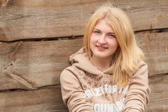 Ritratto della ragazza sorridente che esamina macchina fotografica Immagine Stock