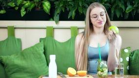 Ritratto della ragazza sorridente che mangia mela verde fresca saporita che gode dello stile di vita sano video d archivio