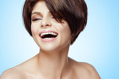 Ritratto della ragazza sorridente con pelle pulita fresca perfetta Fotografie Stock Libere da Diritti