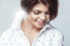 Ritratto della ragazza sorridente con pelle pulita fresca perfetta Fotografia Stock
