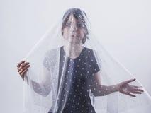 Ritratto della ragazza sotto il velo bianco Sensibilità, separazione, t fotografia stock libera da diritti