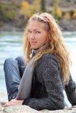 Ritratto della ragazza su un altai Immagini Stock