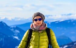 Ritratto della ragazza su un fondo delle montagne Fotografie Stock