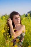 Ritratto della ragazza sulla natura in fiori Immagini Stock Libere da Diritti