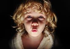 Ritratto della ragazza sveglia che esamina macchina fotografica Immagine Stock Libera da Diritti