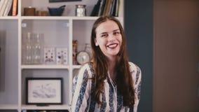 Ritratto della ragazza sveglia che ride allegro alla macchina fotografica Bella giovane signora con sorridere marrone lungo dei c video d archivio