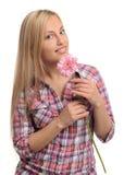 Ritratto della ragazza sveglia con il fiore fotografia stock libera da diritti
