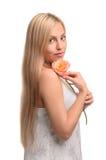 Ritratto della ragazza sveglia con il fiore immagine stock libera da diritti