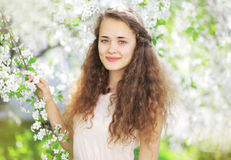 Ritratto della ragazza sveglia in primavera che fiorisce giardino Fotografia Stock
