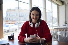 Ritratto della ragazza teenager attraente sorridente dei pantaloni a vita bassa che riposa nell'interno del caffè Fotografia Stock Libera da Diritti