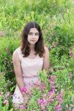 Ritratto della ragazza teenager triste su estate della natura Immagine Stock