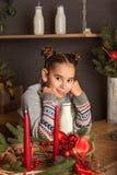 Ritratto della ragazza teenager in una cucina decorata natale del nuovo anno con le candele fotografie stock libere da diritti