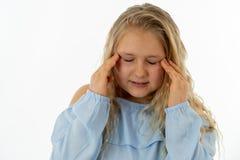 Ritratto della ragazza triste nel dolore che ha emicrania ed emicranie fotografia stock
