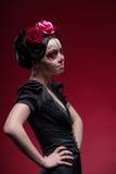 Ritratto della ragazza in vestito nero con Immagine Stock