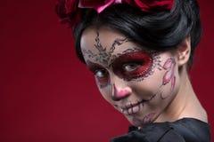 Ritratto della ragazza in vestito nero con Fotografia Stock