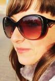 Ritratto della ragazza in vetri di sole Immagine Stock