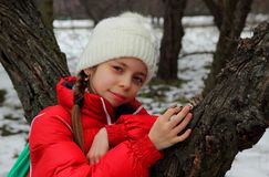Ritratto della ragazza vicino all'albero Immagine Stock Libera da Diritti