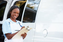 Ritratto della riparazione femminile Person With Van Fotografia Stock