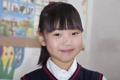 Ritratto della scolara in aula, Pechino, Cina fotografia stock libera da diritti