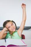Ritratto della scolara che solleva la sua mano in aula Fotografia Stock Libera da Diritti