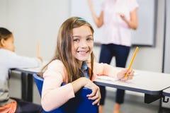 Ritratto della scolara che sorride nell'aula Immagine Stock Libera da Diritti