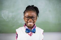Ritratto della scolara che sorride nell'aula Immagini Stock Libere da Diritti