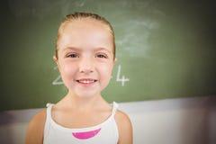 Ritratto della scolara felice che sorride nell'aula Fotografie Stock Libere da Diritti