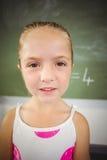 Ritratto della scolara felice che sorride nell'aula Fotografia Stock Libera da Diritti