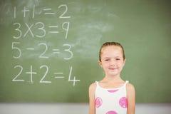 Ritratto della scolara felice che sorride nell'aula Immagini Stock Libere da Diritti