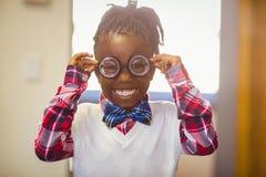 Ritratto della scolara felice in spettacolo che sorride nell'aula Fotografie Stock