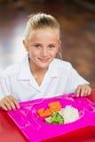 Ritratto della scolara pranzando durante il tempo della rottura Fotografie Stock Libere da Diritti